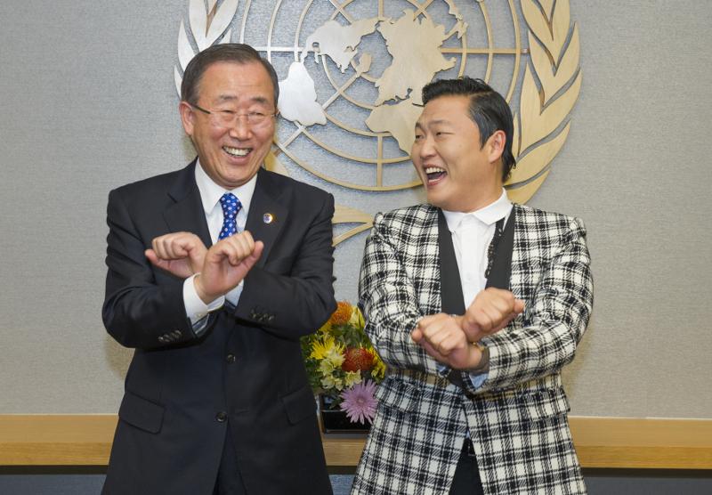 Secretário-geral da ONU, Ban Ki-moon (à esquerda), tenta fazer dança famosa do cantor sul-coreano Psy (à direita), durante uma reunião em outubro de 2012. Foto: ONU/Eskinder Debebe
