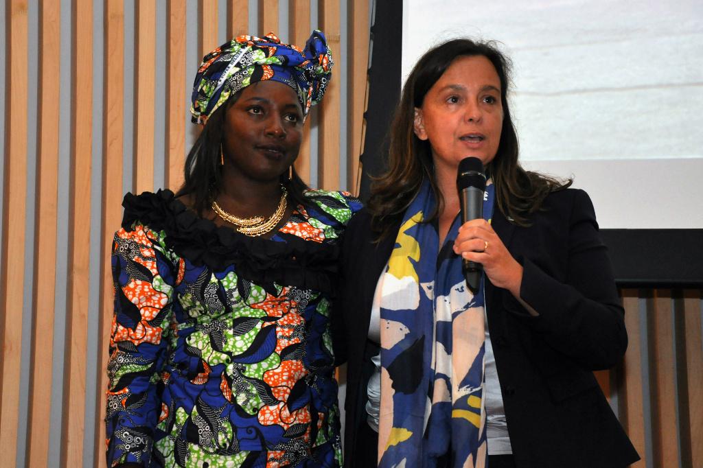 Mariama Bah, refugiada da Gâmbia e Isabel Marquez (ACNUR). Foto: Diogo Felix/ACNUR/Cáritas Arquidiocesana do Rio de Janeiro