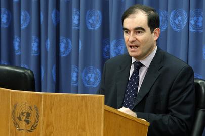 John Ging, Diretor de Operações do Organismo de Obras Públicas e de Socorro aos Refugiados da Palestina (UNRWA), em uma coletiva de imprensa em 2009 em Nova York. Foto: UN/Eskinder Debebe.
