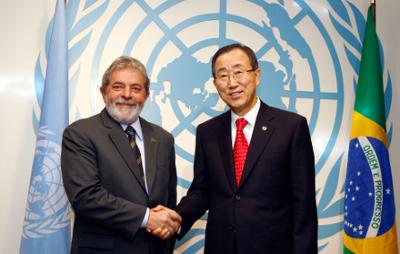 Foto: ©ONU/Eskinder Debebe. O Secretário-Geral das Nações Unidas, Ban Ki-moon, cumprimenta o Presidente Luiz Inácio Lula da Silva na sede das Nações Unidas em Nova York, em 23 de setembro de 2008.