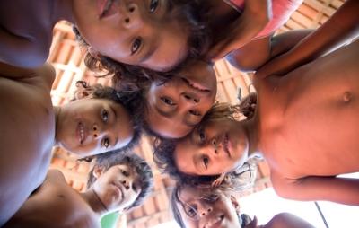 Foto: ©UNICEF/João Roberto Ripper. Crianças da Aldeia Indígena Pataxó de Coroa Vermelha, município de Santa Cruz Cabrália, no litoral sul da Bahia, estão crescendo numa comunidade mais protetora.  O Projeto Território de Proteção da Criança e do Adolescente, desenvolvido com o apoio do Fundo das Nações Unidas para a Infância (UNICEF), levou informações para famílias, profissionais de saúde e educação sobre como garantir os direitos das gestantes e de meninas e meninos de até seis anos.